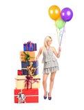 Attraktive Frau mit der Ballonaufstellung Lizenzfreie Stockbilder
