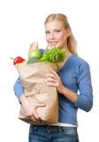 Attraktive Frau mit einem Beutel voll von der gesunden Nahrung Stockfotos
