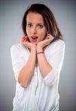 Attraktive Frau mit einem Blick der Verwunderung Stockbild