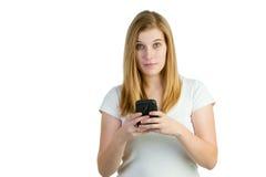 Attraktive Frau mit einem Mobiltelefon Lizenzfreie Stockfotografie