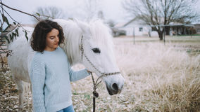 Attraktive Frau mit einem Pferd im Freien Stockfotos
