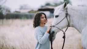 Attraktive Frau mit einem Pferd im Freien Lizenzfreie Stockfotografie