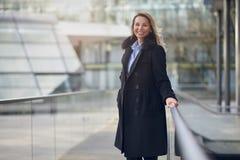 Attraktive Frau mit einem reizenden freundlichen Lächeln Stockfotografie