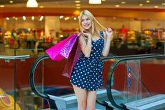 Attraktive Frau mit Einkaufenbeuteln Stockbilder