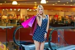 Attraktive Frau mit Einkaufenbeuteln Lizenzfreie Stockfotos