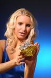 Attraktive Frau mit Geschenk Lizenzfreie Stockfotos