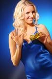 Attraktive Frau mit Geschenk Stockfoto