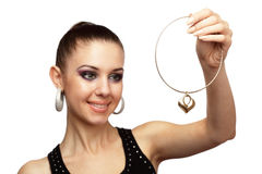 Attraktive Frau mit goldener Halskette in ihrer Hand Stockfotos