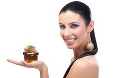 Attraktive Frau mit kleinem Weihnachtskasten Lizenzfreies Stockbild