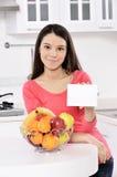 Attraktive Frau mit Korb von Früchten Stockfotos