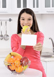 Attraktive Frau mit Korb von Früchten Stockfoto