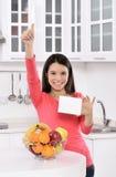 Attraktive Frau mit Korb von Früchten Stockfotografie