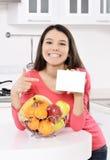 Attraktive Frau mit Korb von Früchten Lizenzfreies Stockfoto