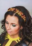 Attraktive Frau mit Krone von Perlen stockbilder