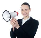 Attraktive Frau mit Megaphon stockbild