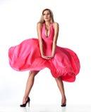 Attraktive Frau mit rotem Kleider- und Gefühlgesicht Lizenzfreies Stockfoto