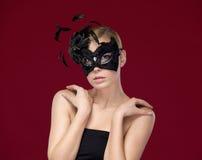 Attraktive Frau mit schwarzer Schablone Lizenzfreie Stockfotos