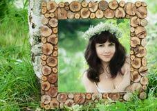 Attraktive Frau reflektiert im Spiegel Verzieren Sie mit verschüttetem Holz, rustikale Art Lizenzfreie Stockbilder