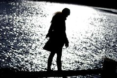 Attraktive Frau am Seeschattenbild Stockfoto