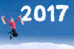 Attraktive Frau springen auf Himmel mit 2017 Lizenzfreie Stockfotos