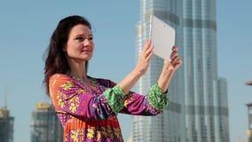 Attraktive Frau steht nahen Wolkenkratzer und macht Fotos auf Tablet-PC stock video footage