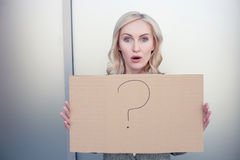 Attraktive Frau stellt ein Plakat mit dar Stockfotos