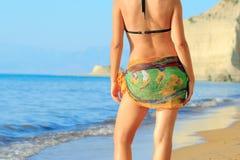 Attraktive Frau am Strand auf Korfu-Insel Stockfoto