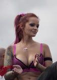 Attraktive Frau, tanzend während Christopher Street Day Parades Lizenzfreies Stockbild