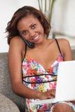 Attraktive Frau am Telefon Lizenzfreie Stockfotos