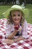 Attraktive Frau ungefähr, zum eines Apfels zu essen Lizenzfreie Stockfotografie