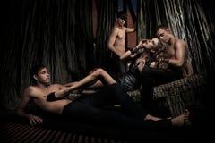 Attraktive Frau verehrt von den Männern Stockbilder