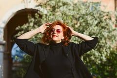 Attraktive Frau von mittlerem Alter draußen stockfotos