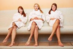 Attraktive Frauen auf Hitzebank Stockfotos