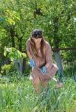 Attraktive Frauen, die im Veggiegarten arbeiten stockbilder