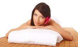 Attraktive Frauen-entspannender Badekurort lizenzfreie stockbilder