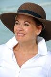 Attraktive Frauen-tragender Sommer-Hut stockfoto