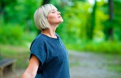 Attraktive Frauenatmung und entspannende Außenseite Stockfotos