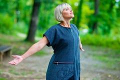 Attraktive Frauenatmung und entspannende Außenseite Lizenzfreies Stockbild