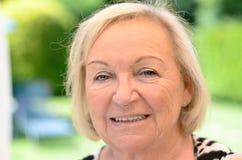 Attraktive freundliche ältere blonde Frau Stockfoto