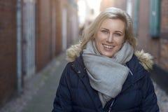 Attraktive freundliche blonde Frau in der Stadt Stockfotos