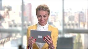 Attraktive Geschäftsdame, die über Internet spricht stock video