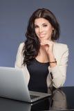 Attraktive Geschäftsfrau bei der Arbeit Stockfotos
