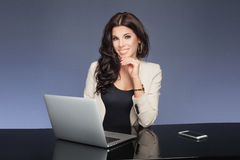 Attraktive Geschäftsfrau bei der Arbeit Stockbilder