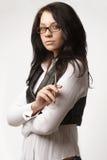 Attraktive Geschäftsfrau in den Gläsern mit Feder Lizenzfreies Stockfoto