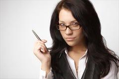 Attraktive Geschäftsfrau in den Gläsern mit Feder Lizenzfreie Stockfotos