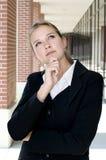 Attraktive Geschäftsfrau in der durchdachten Haltung Lizenzfreie Stockbilder