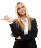 Attraktive Geschäftsfrau, die auf das copyspace zeigt Stockfotos
