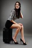 Attraktive Geschäftsfrau, die auf ihrer Laufkatze sitzt Lizenzfreie Stockfotos