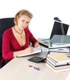 Attraktive Geschäftsfrau, die am besetzten Schreibtisch arbeitet Stockfotos