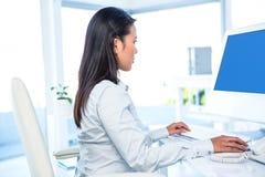 Attraktive Geschäftsfrau, die Computer verwendet Stockfoto